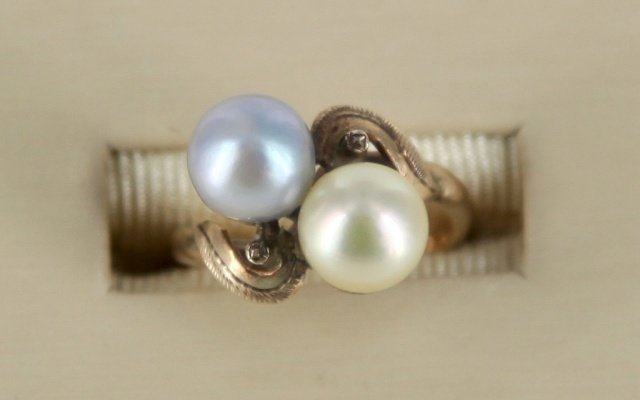 Bi-colored pearl ring set in 14kt gold.