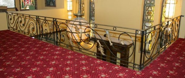 3513: Wrought iron ''L'' shaped wrought iron railing wi