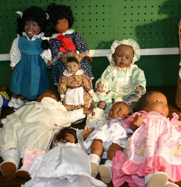 1423: Lot of African American dolls, porcelain and