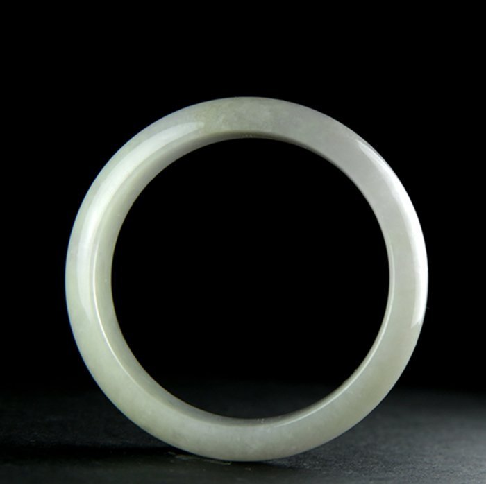 A SUBTLE LAVENDER TONE JADEITE BANGLE