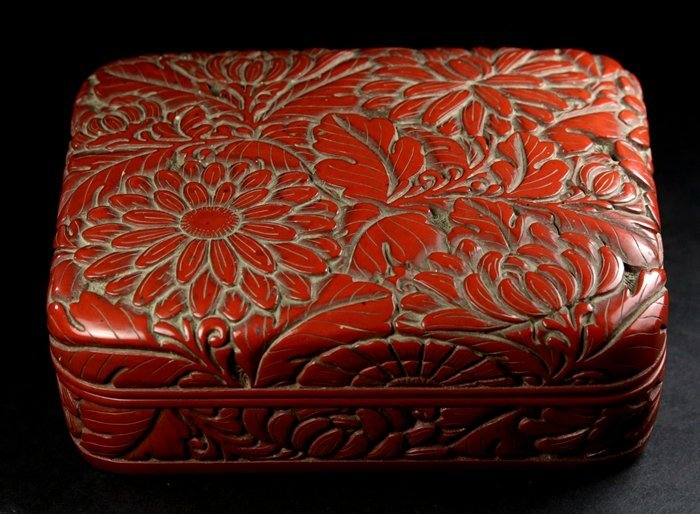 A QING PERIOD CINNABAR RED 'CHRYSANTHEMUM' LACQUERED