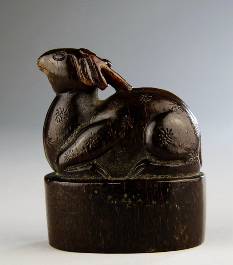 A CHINESE HORN CARVED SEAL