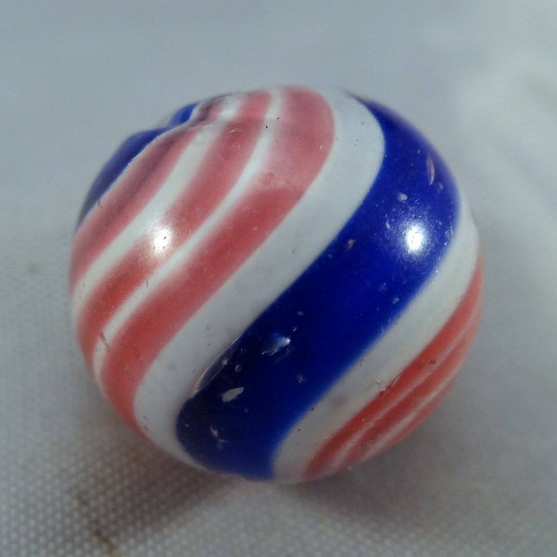 """Lot 197. Swirl. Peppermint with Mica. 19/32"""". M- 9.0"""