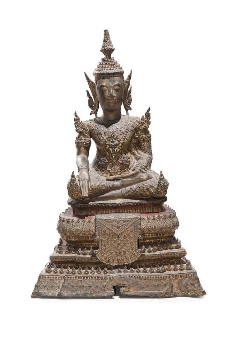 Buddha im Rattanakosin-Stil. Im Prinzengewand auf dem
