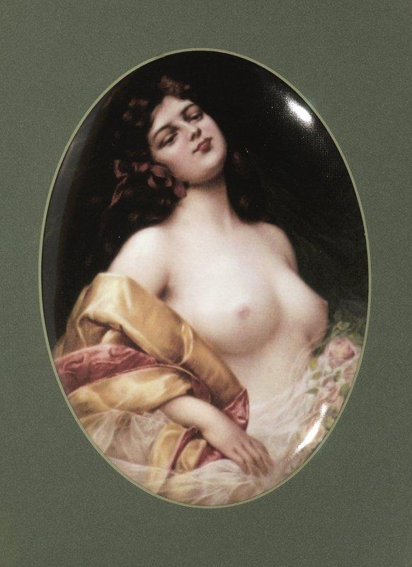 24: Bildplatte oval - Junge Frau mit entblößter Brust,