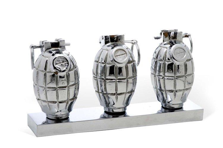 Barker, 3 Hands Grenades, Plas - Sculpture
