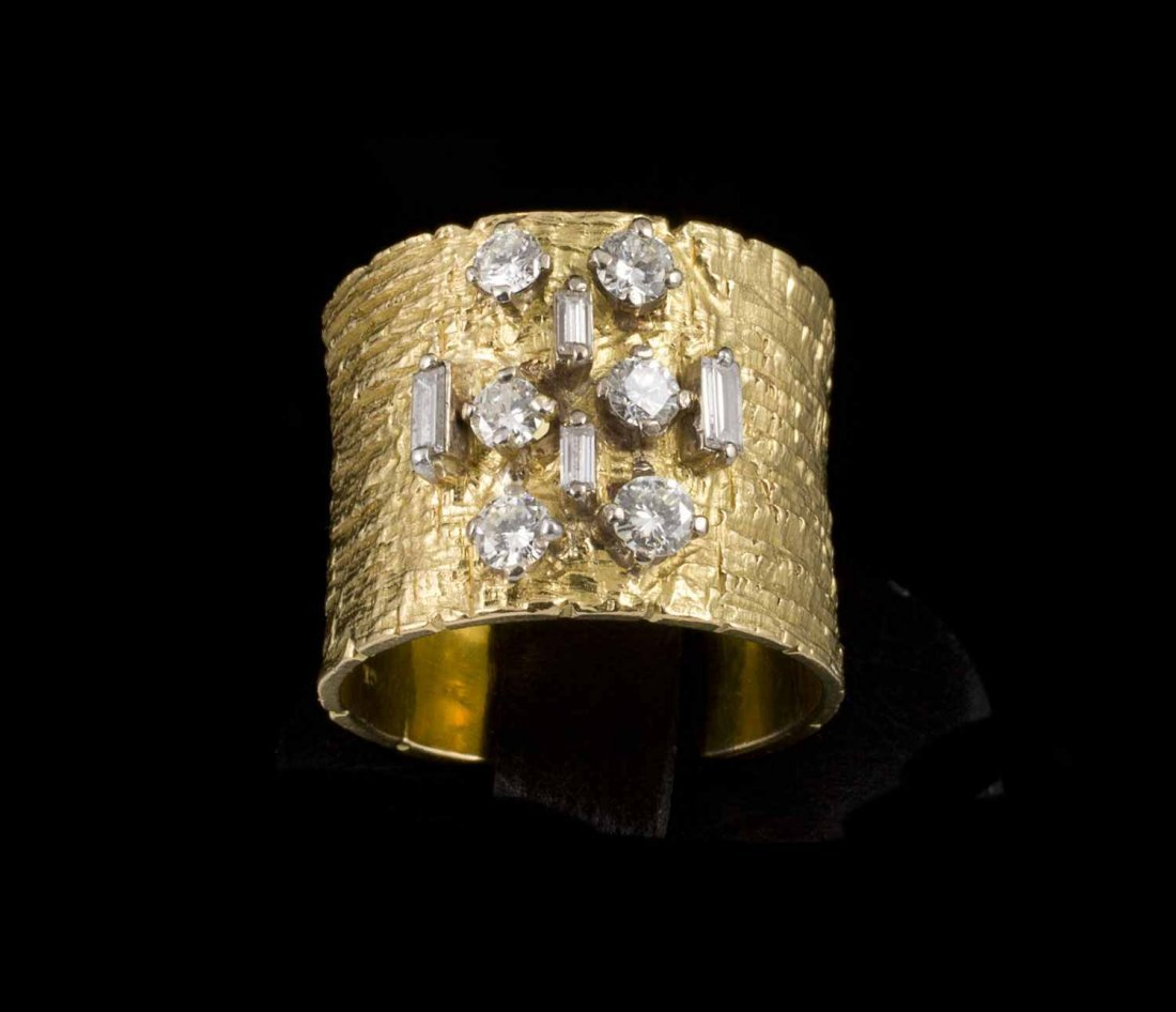 Large bague ruban en or sertie en son centre de diamant