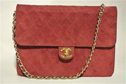 CHANEL Sac en veau velours rouge avec bandouli�re cha�n