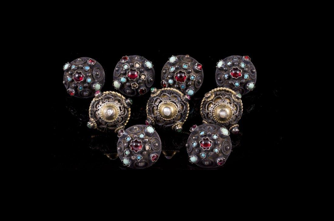 Neuf boutons en argent filigranné ornés de perles