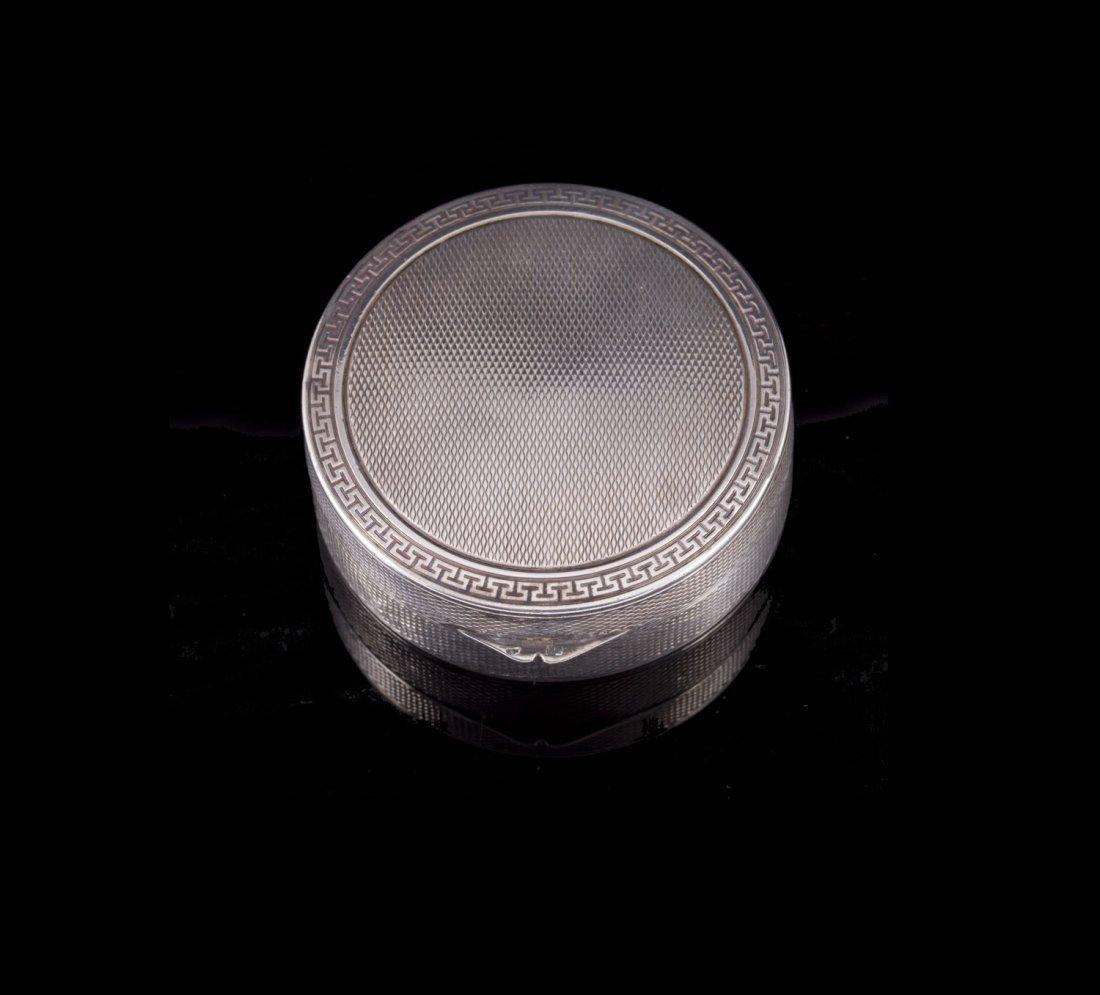 Petite boite ronde en argent à décor de frises -