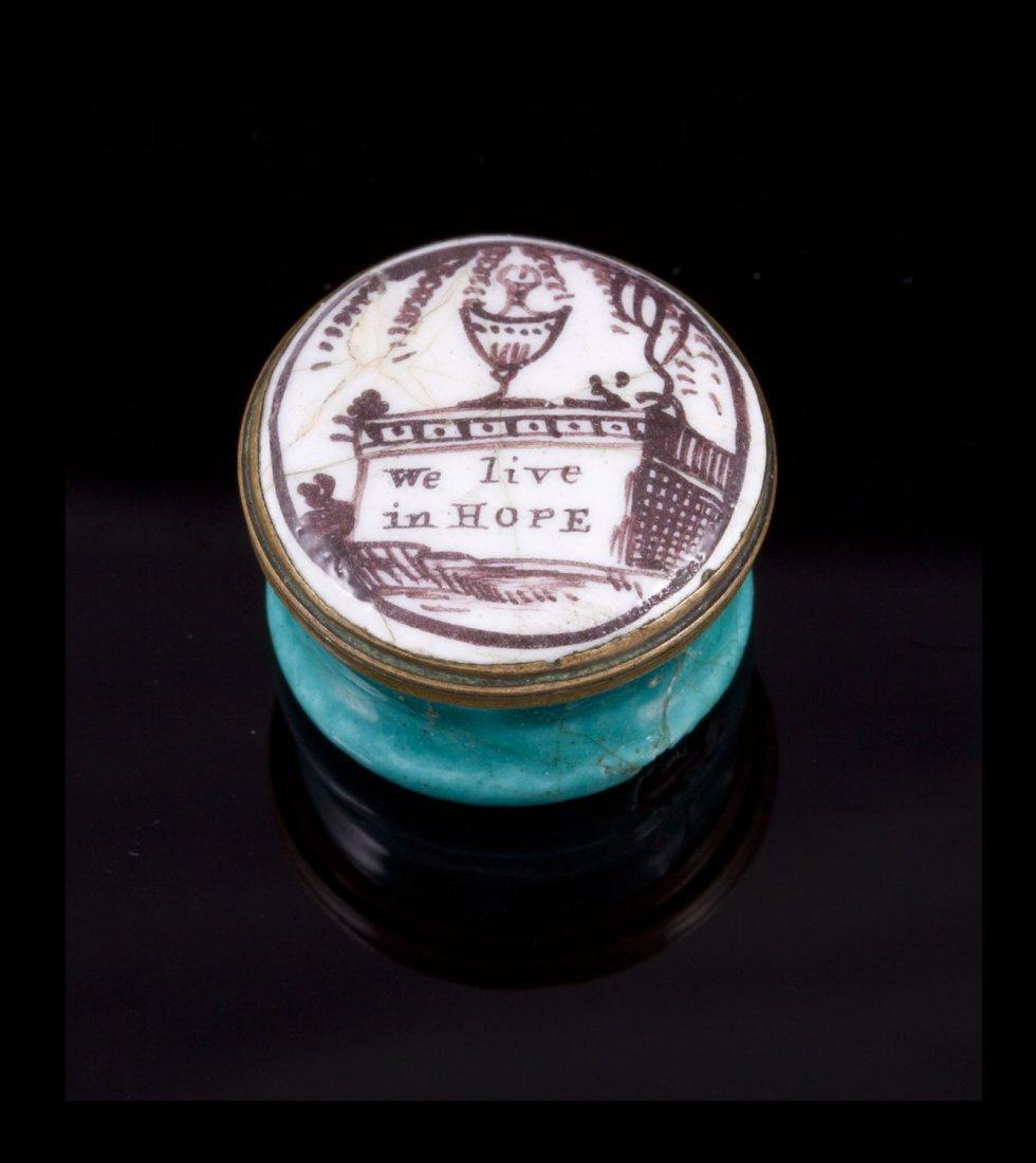 Petite boite à pilule en métal émaillée blanc et