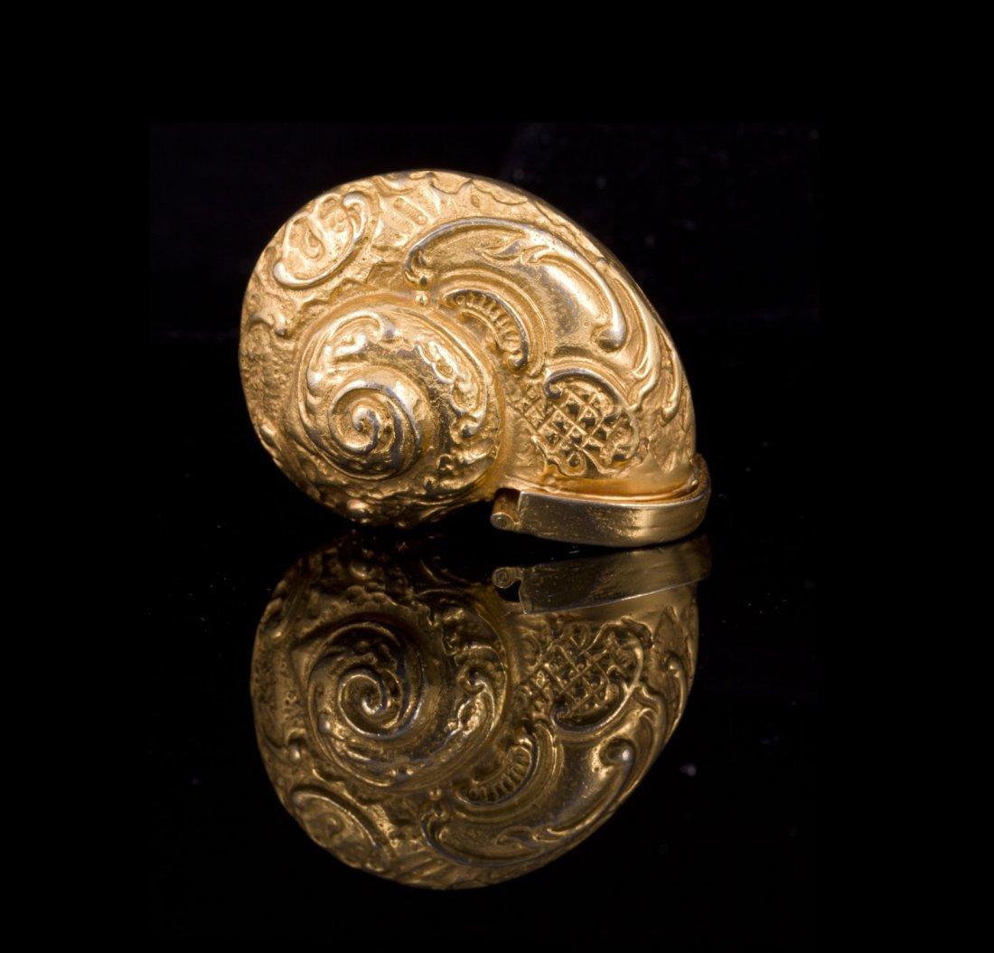 Boite escargot en métal doré  à décor rocaille -