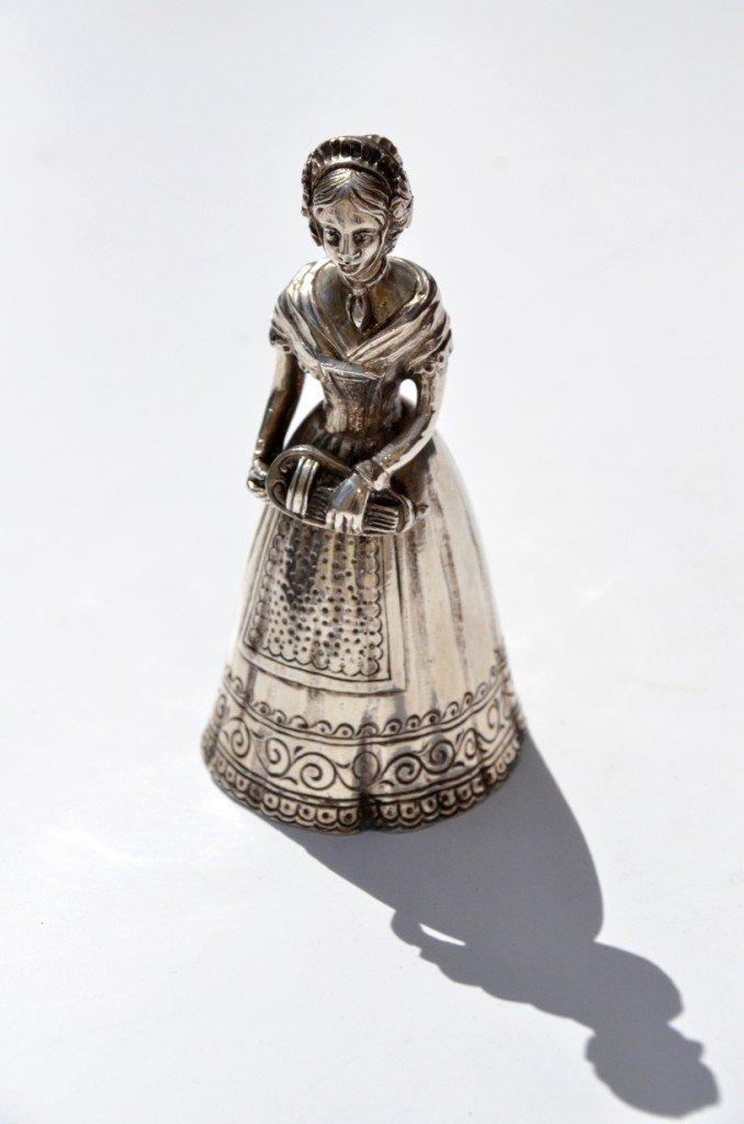 Clochette de table en argent figurant une musicienne -