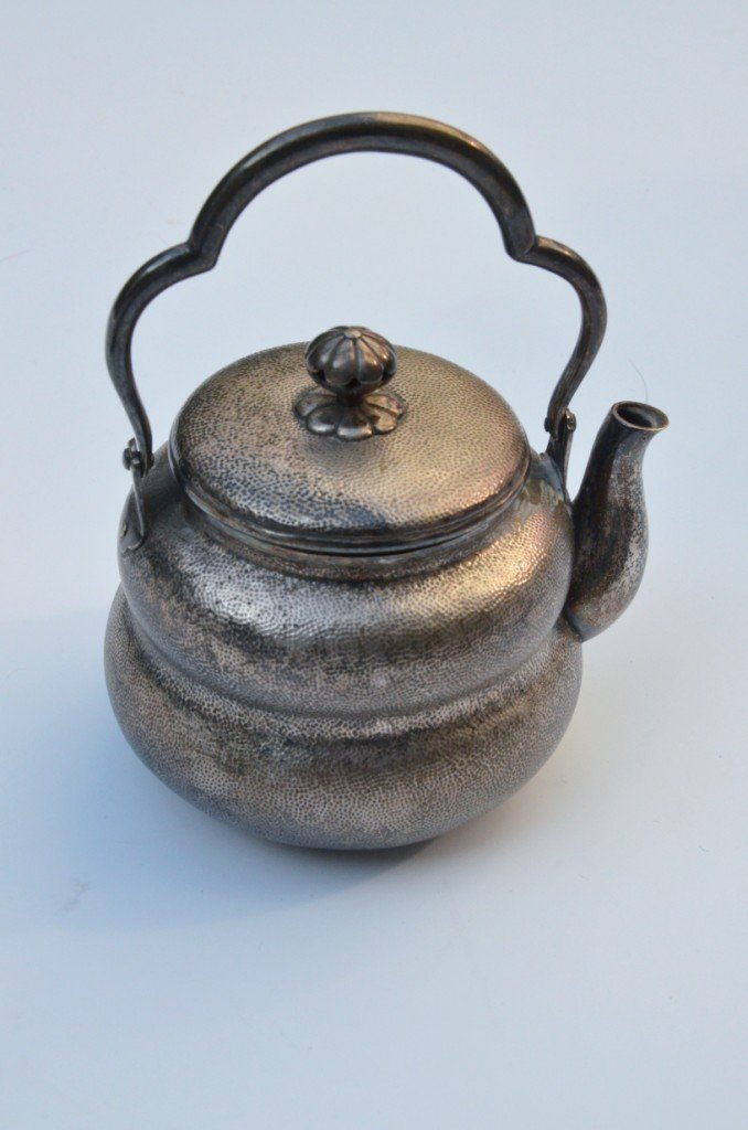 Petite théière balustre en métal argenté - Travail du