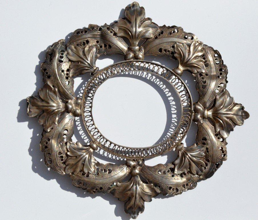 Cadre ovale en argent filigranné et repoussé - Travail