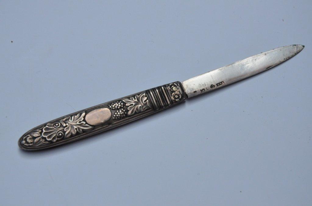 Couteau à fruits pliant en argent à décor de raisins -