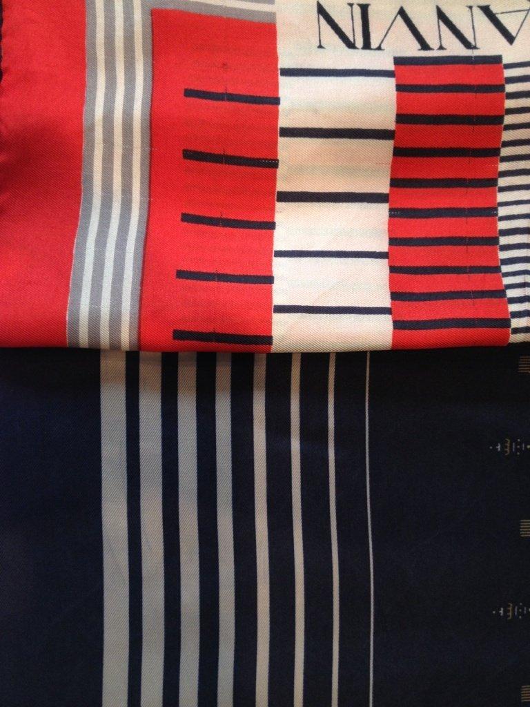 LANVIN Lot de deux carrés en soie, un  bleu et un rouge