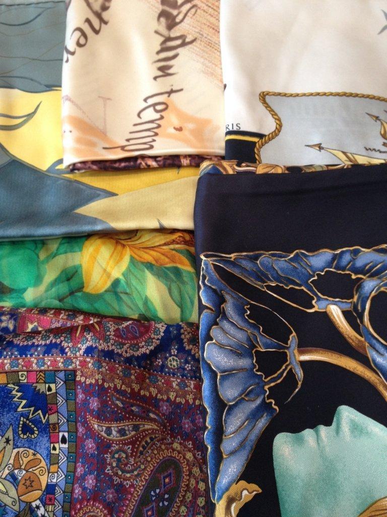 Lot comprenant : 1 châle mousseline Dior - 2 foulards
