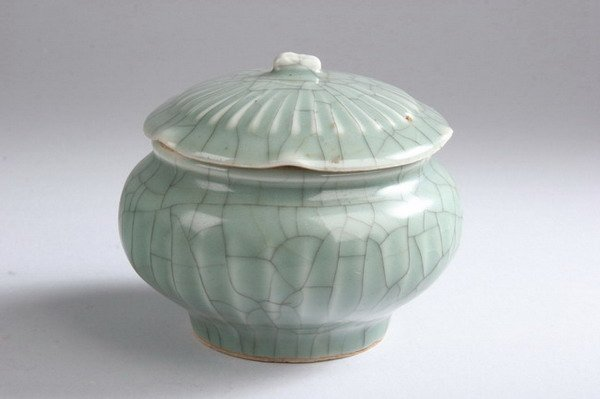 21: CHINESE GE-STYLE CELADON BOWL AND COVER, Yuan dynas
