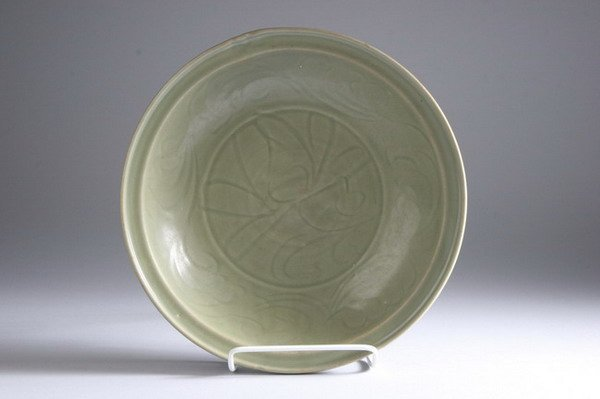 22: CHINESE CELADON PORCELAIN CHARGER, Yuan dynasty. -