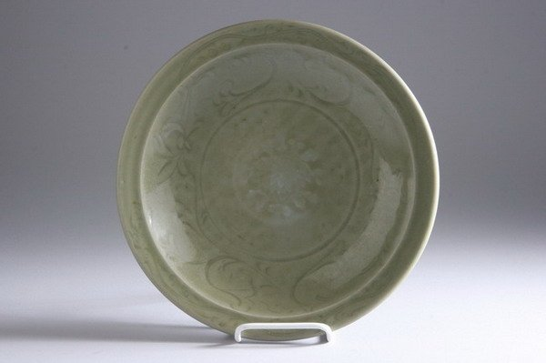 24: CHINESE CELADON PORCELAIN CHARGER, Ming dynasty. -