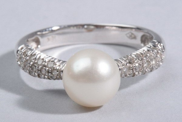 1486: 18K WHITE GOLD, CULTURED PEARL AND PAVÉ DIAMOND R