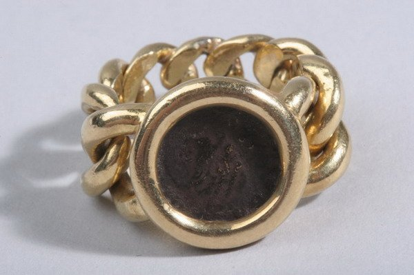 1488: 18K YELLOW GOLD FLEXIBLE CHAIN LINK COIN RING.