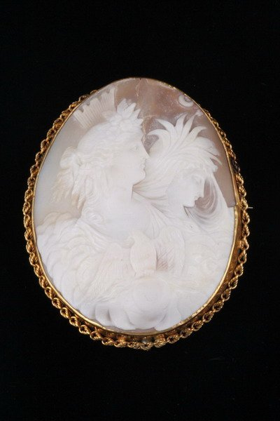 1489: ITALIAN YELLOW GOLD FRAMED OVAL CARVED SHELL CAME
