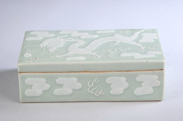 9: CHINESE CELADON AND WHITE PORCELAIN BOX, 19th centur