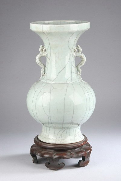 42: CHINESE GE-TYPE PORCELAIN VASE, Qing dynasty, 19th
