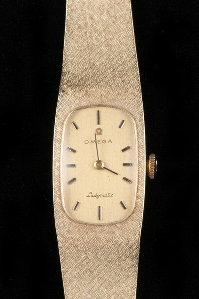 1097: LADY'S 14K YELLOW GOLD WRISTWATCH, SIGNED OMEGA.