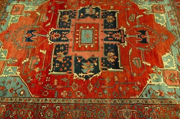 882: AN ANTIQUE PERSIAN SERAPI RUG,