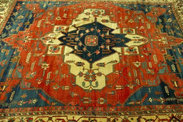 883: AN ANTIQUE PERSIAN SERAPI RUG,