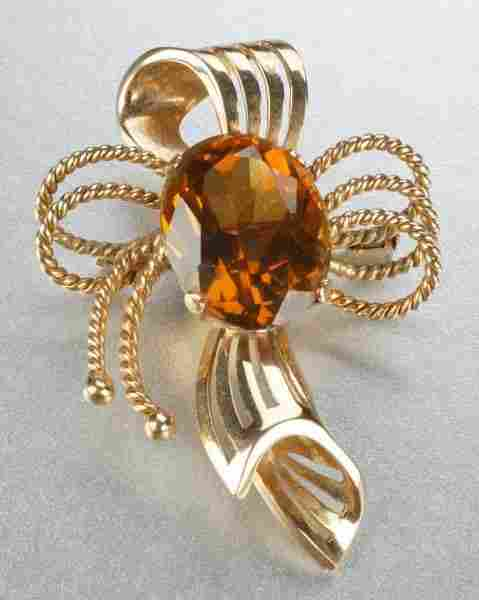 AN 18K YELLOW GOLD AND CITRINE BROOCH.