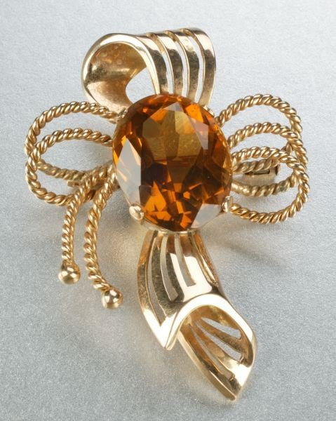 931: AN 18K YELLOW GOLD AND CITRINE BROOCH.