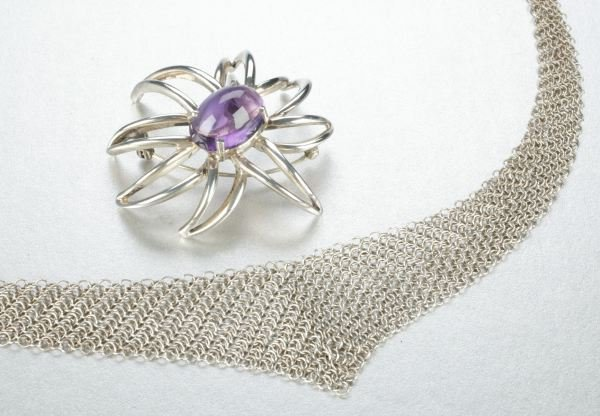 935: A STERLING SILVER NECKLACE WITH BROOCH.