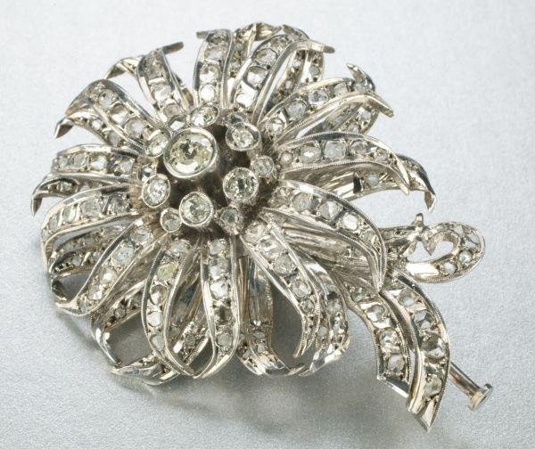 939: A DIAMOND BROOCH.