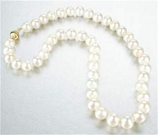 A WHITE CULTURED FRESHWATER PEARL NECKLACE.
