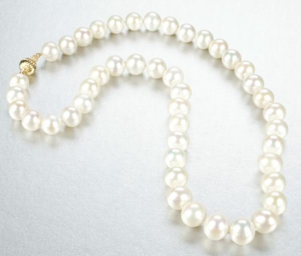 940: A WHITE CULTURED FRESHWATER PEARL NECKLACE.