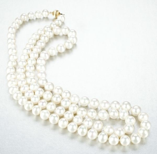 942: A WHITE CULTURED FRESHWATER PEARL NECKLACE.