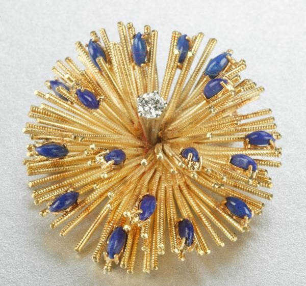 943: AN 18K YELLOW GOLD, LAPIS AND DIAMOND BROOCH.