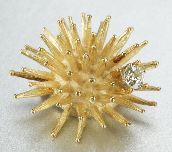 944: AN 18K YELLOW GOLD AND DIAMOND BROOCH.