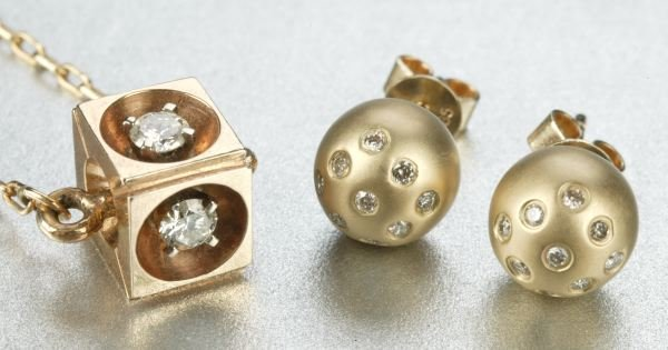 950: A GROUP OF YELLOW GOLD JEWELRY.