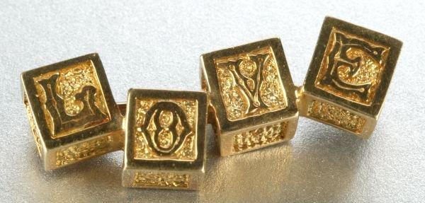 951: AN 18K YELLOW GOLD BROOCH.