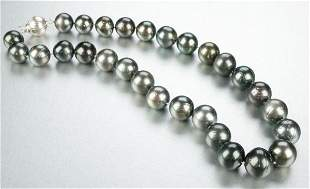 A BLACK TAHITIAN PEARL NECKLACE.