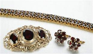 A GROUP OF YELLOW GOLD AND GARNET JEWELRY.