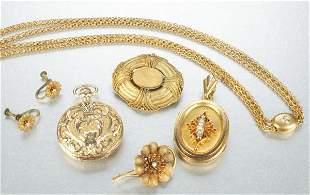 A GROUP OF YELLOW GOLD JEWELRY.
