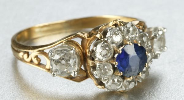 AN 18K YELLOW GOLD AND DIAMOND RING.