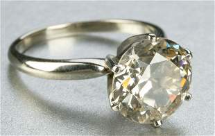 A 14K WHITE GOLD AND DIAMOND RING.