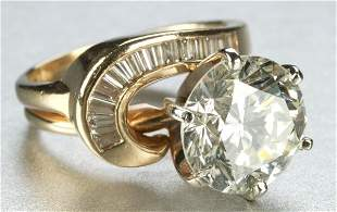 A 14K YELLOW GOLD AND DIAMOND RING.